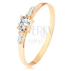 Prsten ze žlutého 14K zlata - čirý zirkonový ovál, dvojice zirkonků po stranách