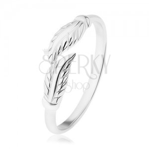 Stříbrný prsten 925, zrcadlově lesklá ramena, oddělené gravírované lístky