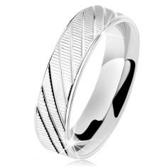 Stříbrný prsten 925, vroubkovaný povrch, lesklé okraje a šikmé zářezy