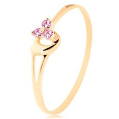 Prsten ze žlutého 14K zlata - tři růžové zirkonky, asymetrické vypouklé srdce
