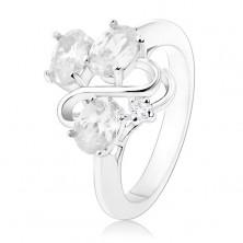 Prsten ve stříbrném odstínu, tři oválné čiré zirkony, lesklá vlnka