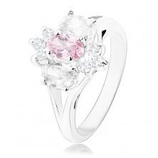 Blýskavý prsten ve stříbrném odstínu, rozdělená ramena, růžovo-čirý květ