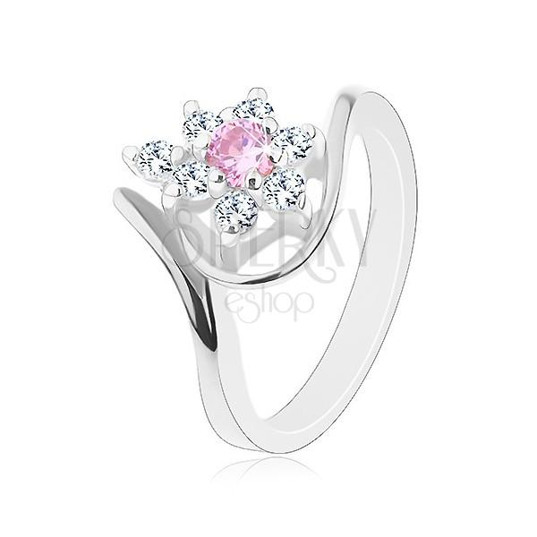Lesklý prsten ve stříbrném odstínu, zahnutá ramena, růžovo-čirý kvítek