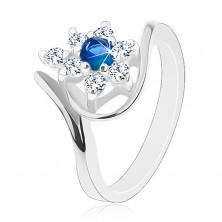 Třpytivý prsten ve stříbrném odstínu, tmavomodrý zirkon, čiré lupínky