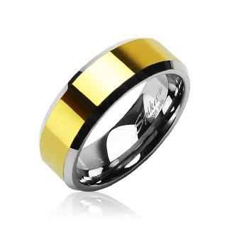 Levně Wolframový prsten se zkosenými hranami a středovým pásem ve zlaté barvě, 8 mm - Velikost: 62