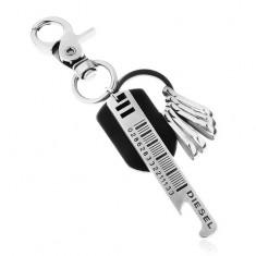Lesklá tmavě šedá klíčenka s otvírákem uzávěrů a černým koženým pásem