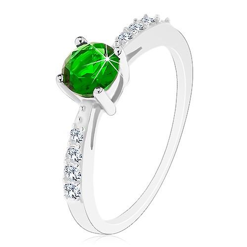 Stříbrný 925 prsten, lesklá ramena vykládaná čirými zirkonky, zelený zirkon - Velikost: 48