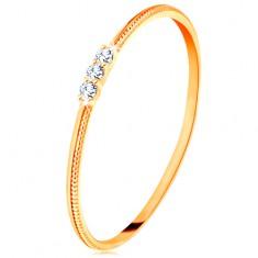 Prsten ze žlutého 14K zlata - tenká ramena s vroubky, tři čiré zirkonky
