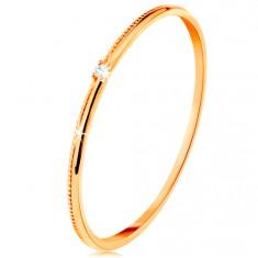 Prsten ve žlutém 14K zlatě - drobný čirý zirkon, jemně vroubkovaná ramena