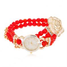 Analogové hodinky, korálkový červený náramek, ciferník se zirkony, bílá růže