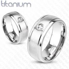 Matný prsten z titanu ve stříbrném odstínu, tenké rýhy a čirý zirkonek, 6 mm