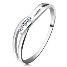 Prsten z bílého zlata 585 - tři kulaté diamanty čiré barvy, rozdělená ramena