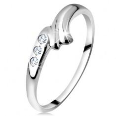 Prsten v bílém 14K zlatě - zahnuté rameno s rýhou a trojice čirých zirkonů