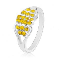 Prsten ve stříbrném odstínu, rozdělená ramena, kulaté žluté zirkonky