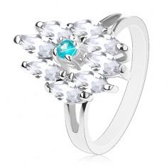 Prsten stříbrné barvy, akvamarínově modrý střed a čirá zrnka