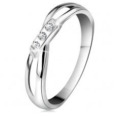 Zlatý 14K prsten - tři kulaté diamanty čiré barvy, rozdělená ramena, bílé zlato