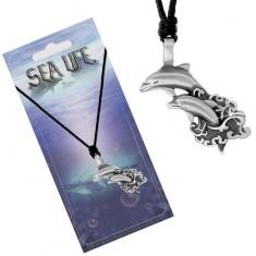 Šňůrkový náhrdelník s přívěskem ve tvaru dvou delfínů vyskakujících z moře