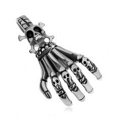 Ocelový přívěsek stříbrné barvy, patinovaná kostra ruky s malými lebkami