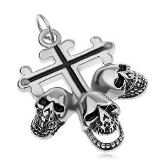 Ocelový přívěsek stříbrné barvy, liliový kříž s černými liniemi, tři lebky