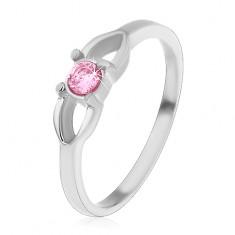 Ocelový dětský prsten, kontura mašličky a kulatý růžový zirkon uprostřed