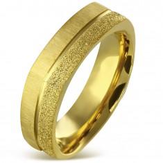 Hranatý prsten z chirurgické oceli zlaté barvy - pískovaný a saténový pás, 7 mm