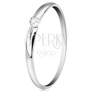 Briliantový prsten v bílém 14K zlatě - tenké zářezy na ramenech, čirý diamant