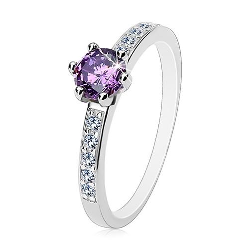 Prsten ze stříbra 925, kulatý fialový zirkon, čiré linie zirkonů na ramenech - Velikost: 57