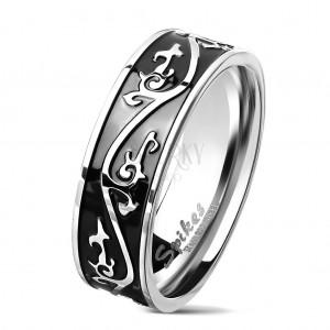 Prsten z chirurgické oceli stříbrné barvy, černý pás zdobený ornamentem, 7 mm