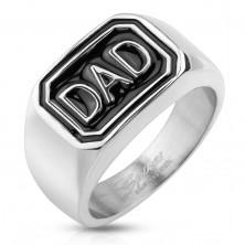 Prsten z oceli 316L stříbrné barvy, černý obdélník s nápisem DAD