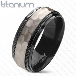 Titanový prsten, černé vroubkované okraje, broušený matný středový pás, 8 mm