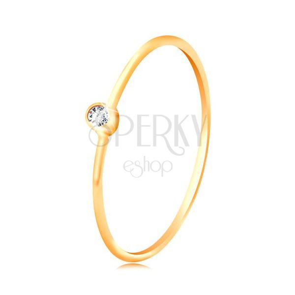 Zlatý diamantový prsten 585 - blýskavý čirý briliant v lesklé objímce, úzká ramena