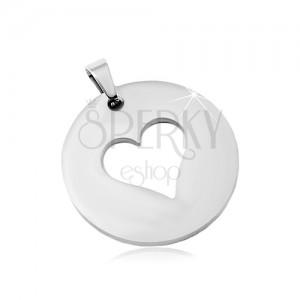 Ocelový přívěsek ve stříbrném odstínu, matný kruh s výřezem ve tvaru srdce