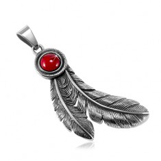 Ocelový patinovaný přívěsek, kulatý červený kamínek a indiánská pírka