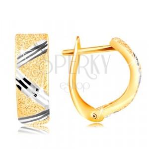 Zlaté 14K náušnice - třpytivý pískovaný povrch s cik-cak linií z bílého zlata