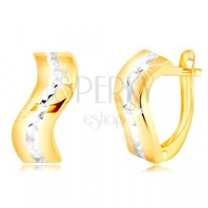 Zlaté 14K náušnice - lesklý zvlněný pás s broušenou linií z bílého zlata