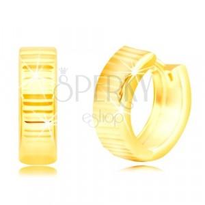 Náušnice ze žlutého 14K zlata - lesklé kroužky zdobené horizontálními liniemi