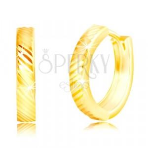 Náušnice ve žlutém 14K zlatě - úzké lesklé kroužky s diagonálními liniemi