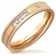 Lesklý ocelový prsten v měděném odstínu - dva zářezy, tři čiré zirkony, 4 mm