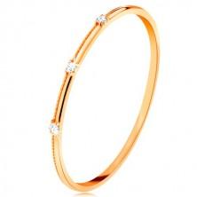 Prsten ve žlutém 9K zlatě - tři oddělené čiré zirkonky, jemné vroubky