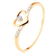 Zlatý prsten 375, kontura srdce s čirým zirkonkem, zdobená ramena