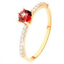 Prsten ze žlutého 9K zlata - vyvýšený červený granát, čiré zirkonové linie