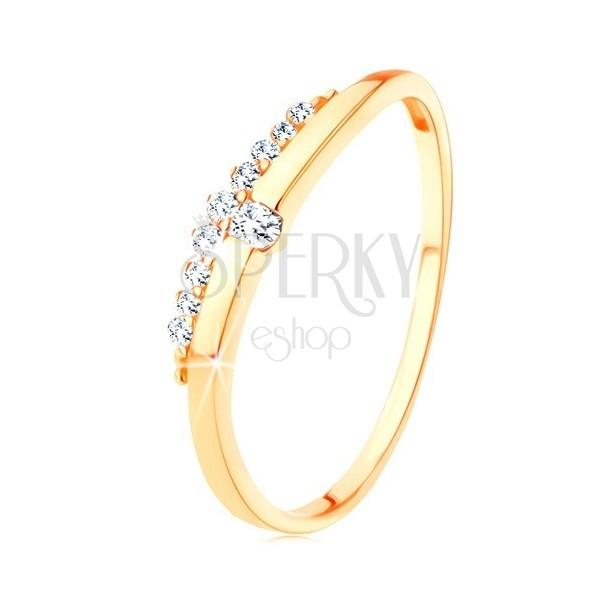 Prsten ze žlutého 9K zlata - hladká vlnka s čirým zirkonem, zirkonový pás