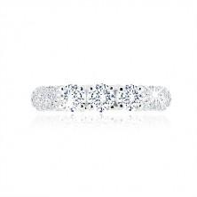 Zásnubní prsten ze stříbra 925 - tři třpytivé zirkony, menší zirkonky na ramenech