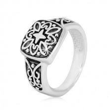 Stříbrný prsten 925 - ozdobný čtverec a vyřezávaná ramena s patinou