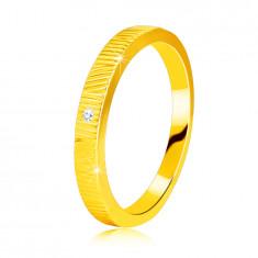 Diamantový prsten ze žlutého 14K zlata - jemné ozdobné zářezy, čirý briliant, 1,3 mm