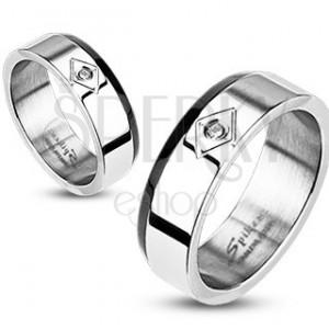 Ocelový prsten - seříznutý černý pás, zirkon v kosočtverci