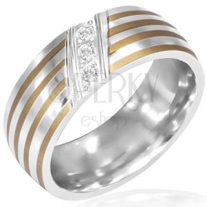 Proužkovaný ocelový prsten - tři diagonálně vsazené zirkony