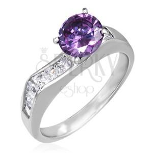Prsten z oceli - výrazný fialový zirkon, čtvercové čiré zirkony