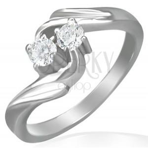 Zásnubní prsten - stočený střed, dva zirkony