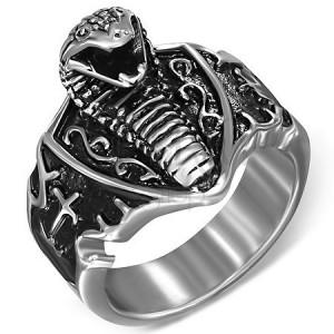 Prsten z oceli - útočící kobra na štítu